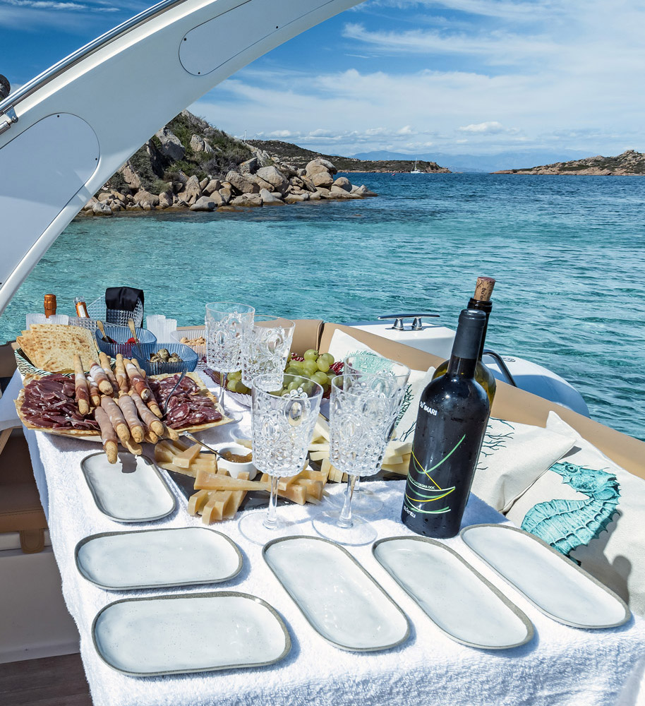 apertif on bord of freedom rubber boat during a tour of la maddalena or emerald coast organized by emerald cruises
