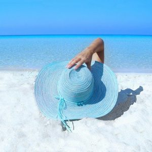 donna in spiaggia in sardegna
