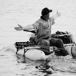 uomo su gommone mentre pesca